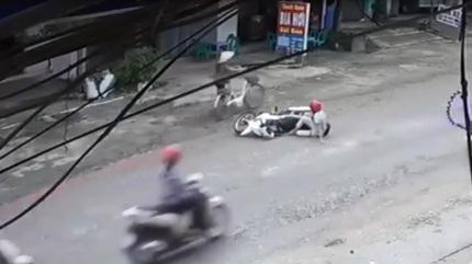 Người phụ nữ qua đường gây tai nạn, thản nhiên đi tiếp