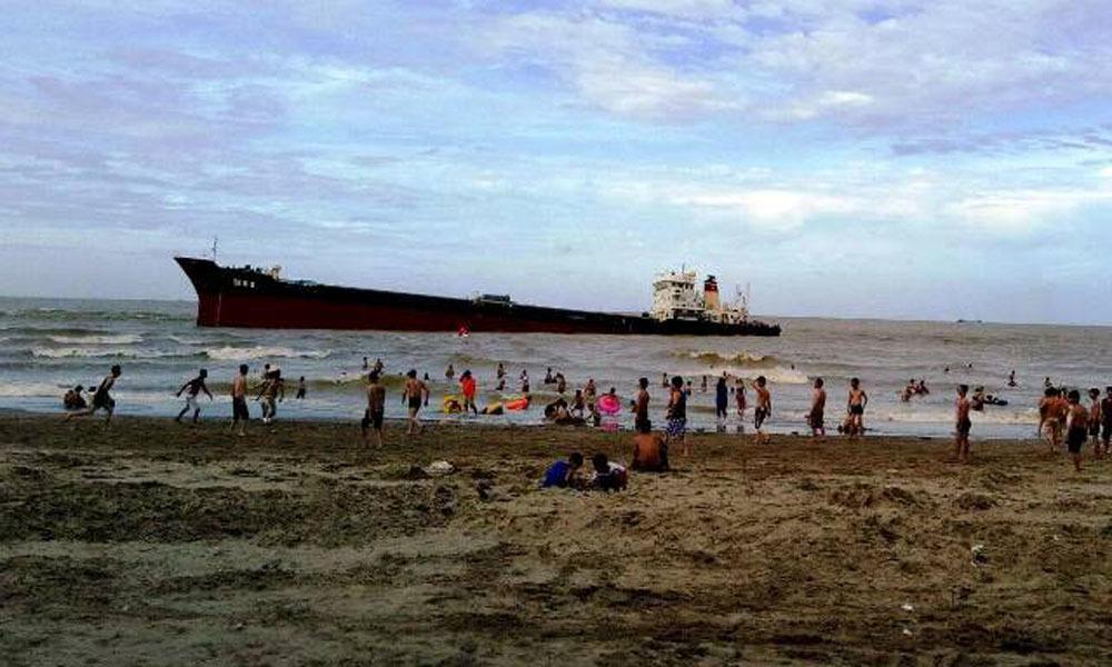 Tàu nghìn tấn gặp nạn, Cửa Lò hứng chịu vết dầu loang