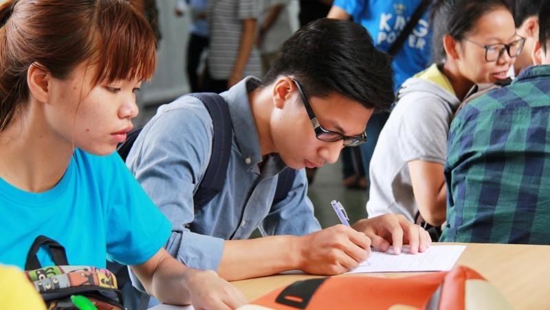Cán bộ tiếp nhận đăng ký xét tuyển đại học cần có mặt đến giờ chót