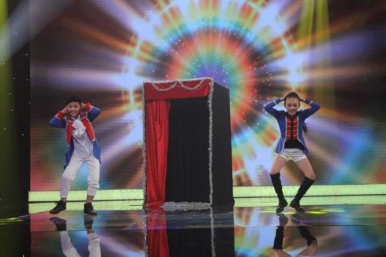 'Hai ông bà già nhí' gây sốt với những điệu nhảy của thập niên 90
