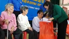 Bộ trưởng Y tế trao quà cho mẹ và vợ liệt sĩ ở Hà Tĩnh