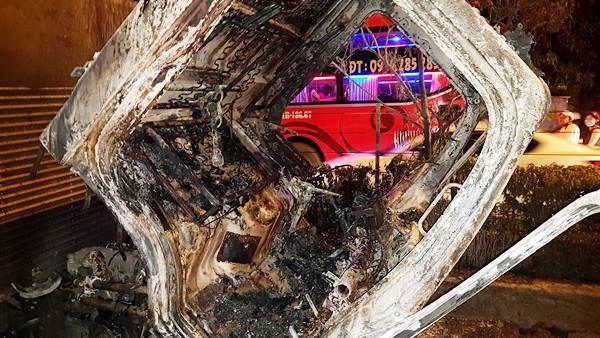 Tài xế bất lực nhìn xe tải cháy rụi trên đường phố Sài Gòn