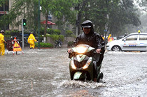 3 lưu ý khi đi xe máy đường ngập nước