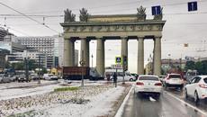 """""""Tuyết"""" rơi giữa mùa hè ở St.Petersburg"""