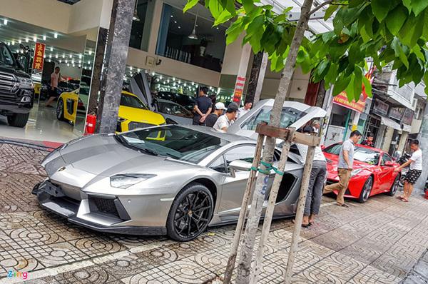 Dàn xế hộp triệu USD trên con phố bán siêu xe ở Sài Gòn