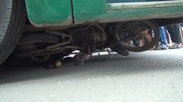 Vợ đau đớn bên thi thể chồng bị xe buýt cuốn vào gầm