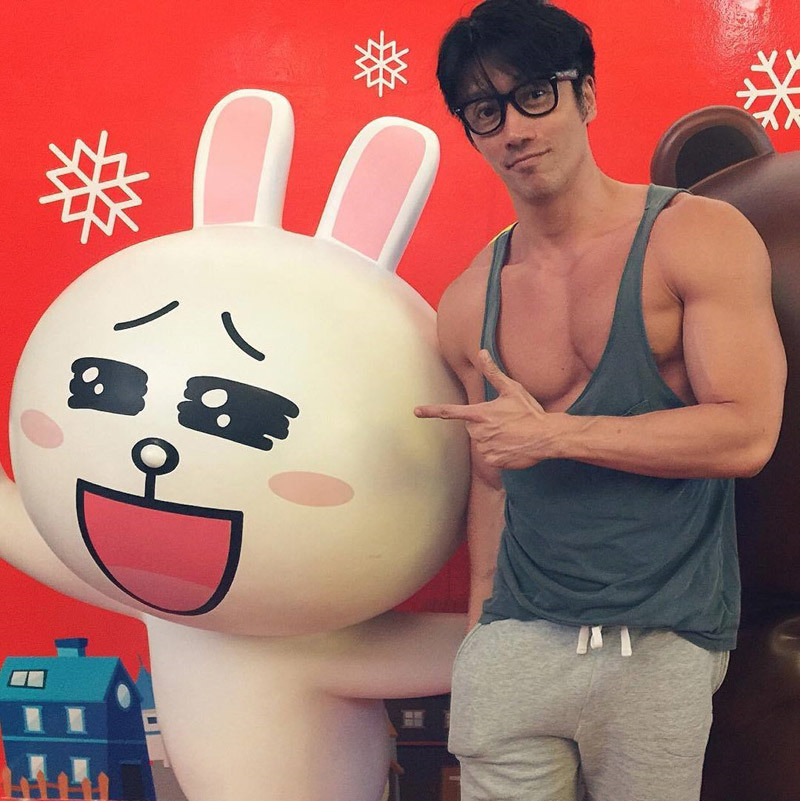 'Hot boy' U50 nổi tiếng nhờ gương mặt điển trai, cơ thể 6 múi