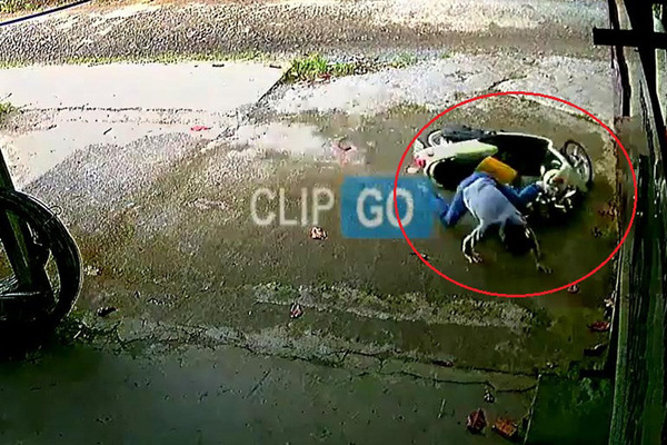 Để trẻ ngồi trước xe máy, bố mẹ lơ là tai nạn ngay
