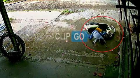 Cẩn thận khi để trẻ ngồi trước xe máy