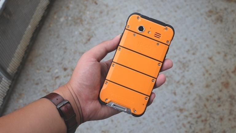 Điện thoại chống nước, chống va đập vừa về VN giá 4 triệu đồng