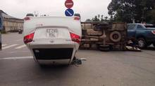 Ô tô phơi bụng, xe tải lật ngang giữa ngã ba đường