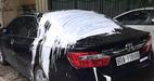 Hà Nội: Xe Camry đen trên vỉa hè bị đổ sơn trắng