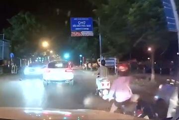 Tài xế mở cửa bất cẩn, cô gái đi xe máy ngã nhào trước đầu ô tô