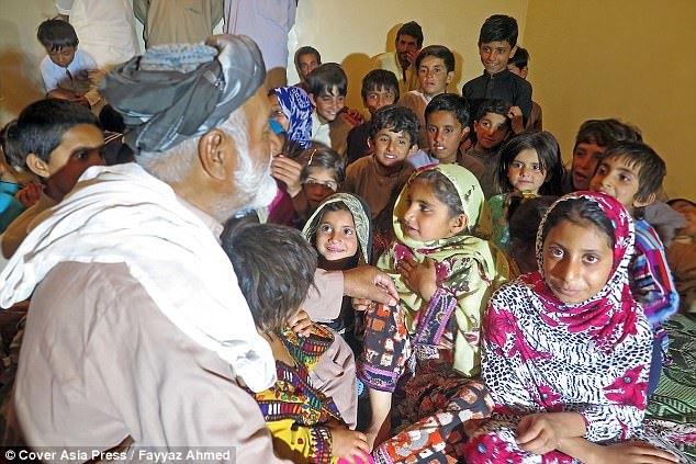 Cụ ông 70 tuổi có 54 đứa con với 6 người vợ vì 'ngày trẻ quá sung sức'