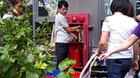 Dân HUD3 Linh Đàm xếp hàng chờ nước cứu hỏa về dùng