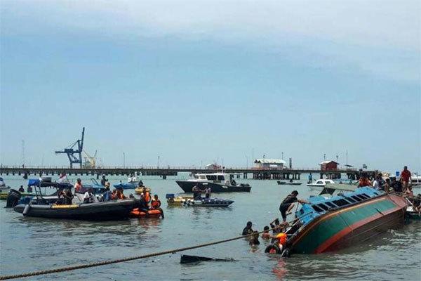 Lật tàu chở 51 người ở Indonesia