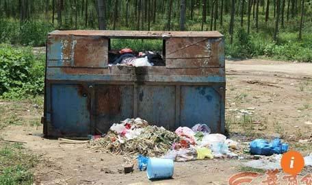 Đi xe máy gây tai nạn, ném nạn nhân vào thùng rác