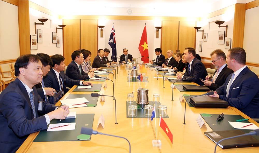 VN sớm xuất khẩu tôm tươi nguyên con, thanh long vào Australia