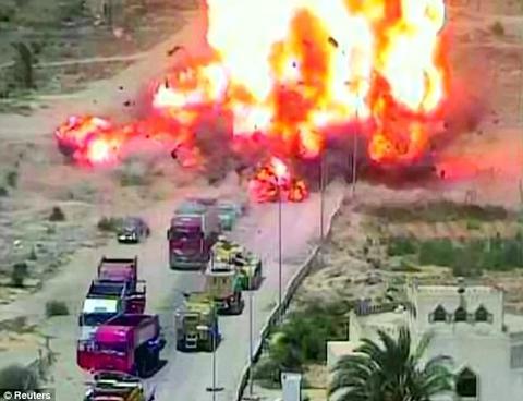 Xem xe tăng nghiền nát xe đánh bom liều chết