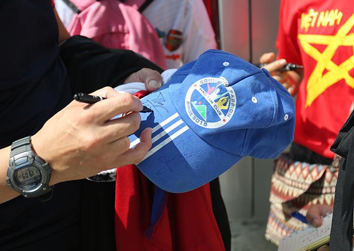 Fan nữ đòi ký lên áo, Công Phượng... trốn, nhường đồng đội