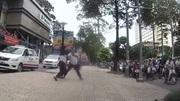 Tài xế taxi đánh nhân viên điều hành chảy máu đầu