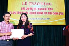 VietNamNet trao quà cho bà mẹ Việt Nam anh hùng, gia đình chính sách