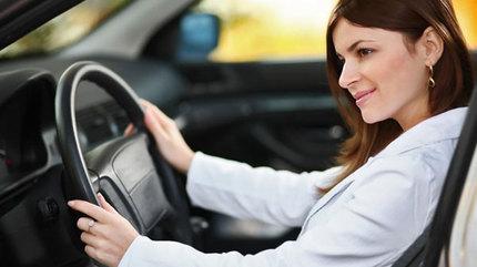 Lái ô tô bằng chân: coi chừng phạt tiền triệu