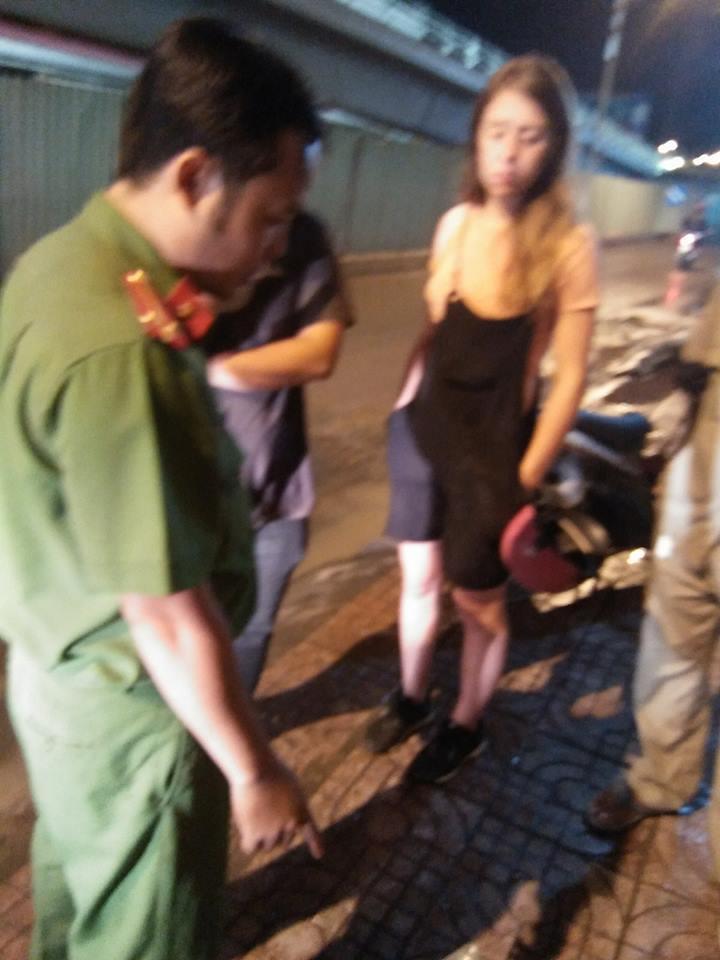 Nữ du khách nước ngoài gặp tai nạn rồi bị trộm mất xe máy ở Sài Gòn