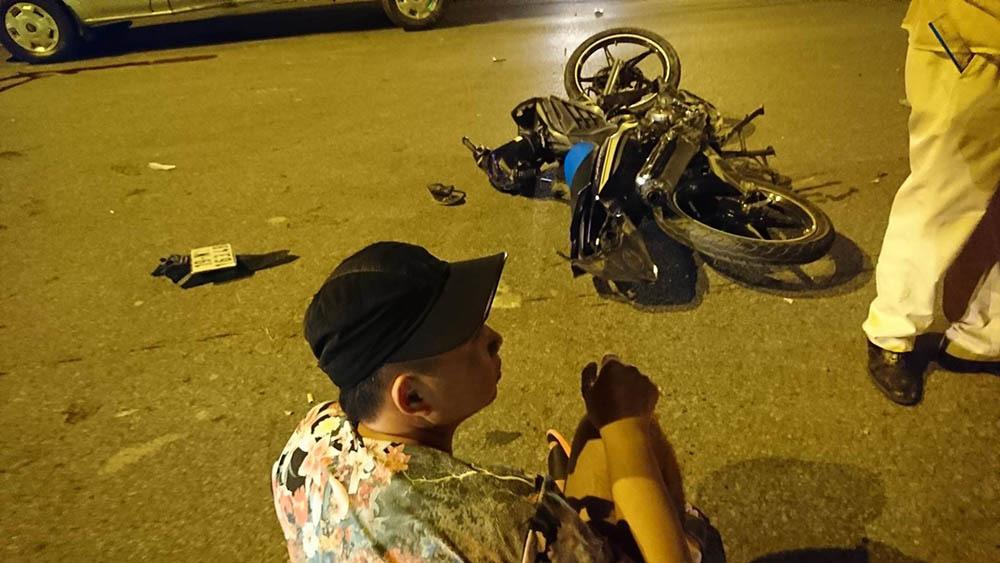 Xe máy đâm ô tô 12 chỗ, một người tử vong