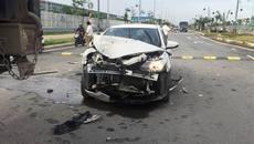 Ô tô nát đầu sau cú đâm container, tài xế thoát chết