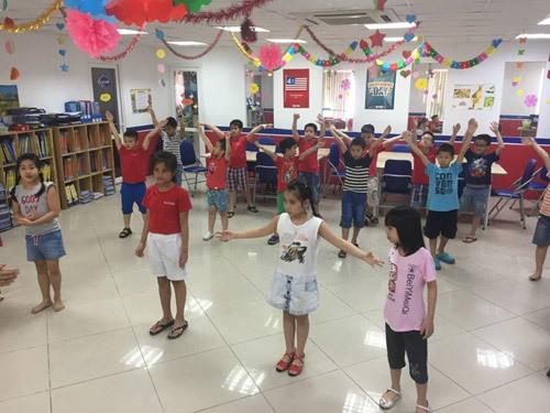 6 lợi ích khi trẻ học tiếng Anh qua hát múa