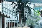 Bé 5 tuổi ngã hàng rào, cây sắt cắt lìa cổ họng