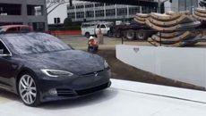 Elon Musk khoe thang máy chở ôtô chống tắc đường