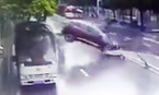 Pha lùi xe bay qua rào chắn, rơi trúng người đi đường
