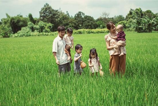 Lý Hải đưa vợ con về quê trải nghiệm cuộc sống nông dân