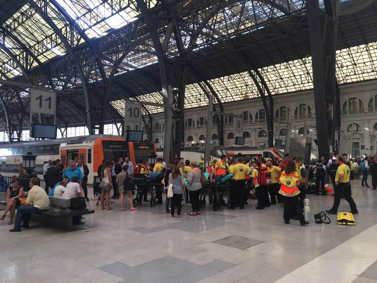 Tàu đâm vào nhà ga ở Tây Ban Nha, hàng chục người bị thương