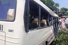 Xe tải và xe khách đâm nhau ở Tam Đảo, 24 người nhập viện