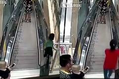 Bố cắm mặt vào điện thoại, con suýt gặp tai nạn khủng khiếp