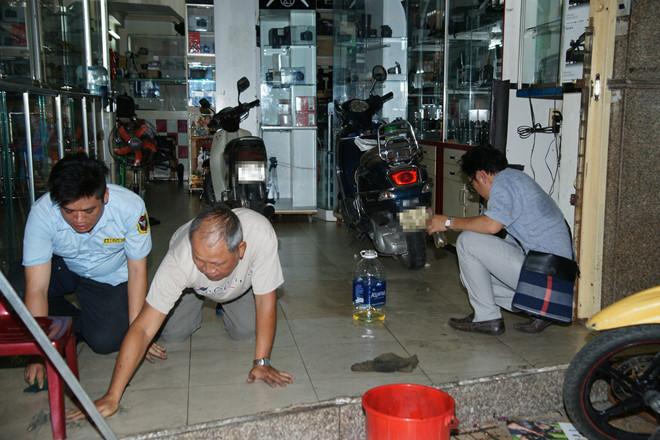 Hàng xóm lên tiếng vụ quán của Phạm Hương bị ném mắm tôm, tạt sơn