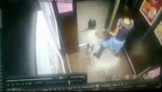 Mẹ hoảng loạn vì con gái kẹt tay vào thang máy