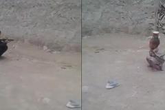 Cậu bé Pakistan lạnh lùng bắn bay lon thiếc trên đầu bạn