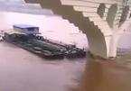 Sà lan tan nát sau khi đâm trúng trụ cầu trên sông