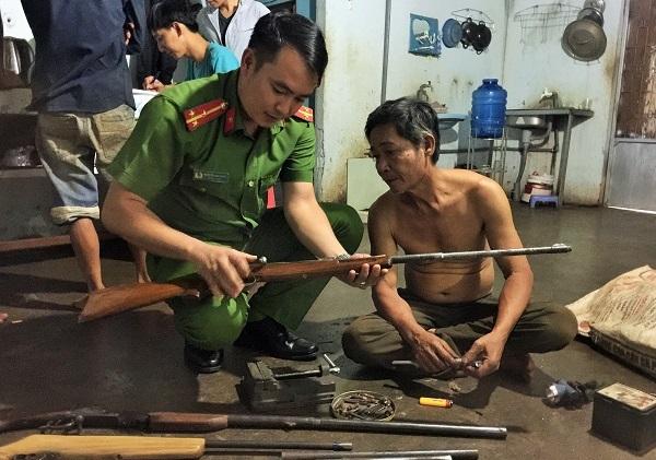 Người đàn ông trữ cả 'kho' súng, đạn trong nhà