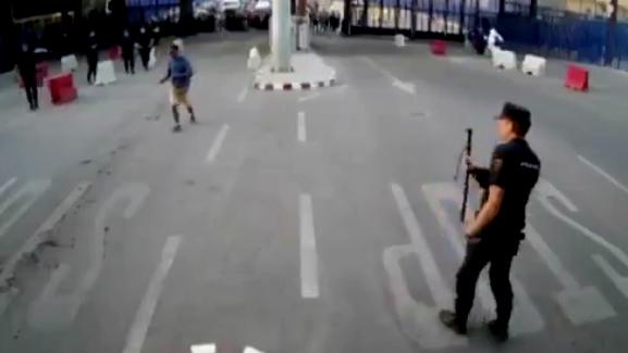 10 clip 'nóng': Cô gái 'thôi miên' bắt sống rắn độc hổ mang chúa
