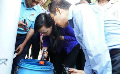 Bộ trưởng Y tế tìm lăng quăng tại điểm nóng sốt xuất huyết TP.HCM