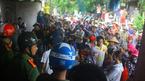Hàng trăm người vây 1 phụ nữ nghi bắt cóc trẻ em