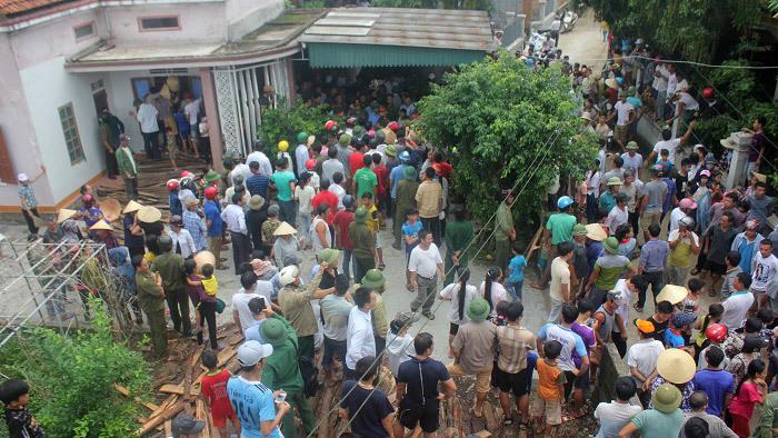 Bắt khẩn cấp người phụ nữ bắt cóc trẻ, bị hàng trăm dân vây