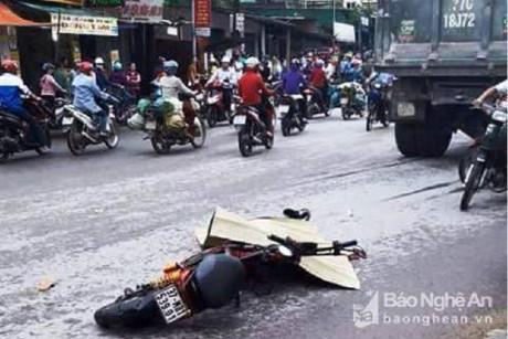 Nữ sinh đi xe máy điện lao vào điểm mù của xe tải, bị cán ngã xuống đường