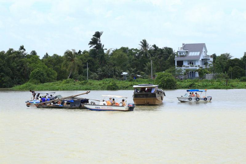 Chìm tàu 2 mẹ con mất tích: Vợ con tôi nằm dưới sông lạnh lắm