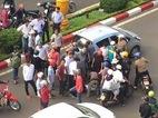 Tài xế taxi đánh, tông gãy tay người đi xe máy sau va chạm